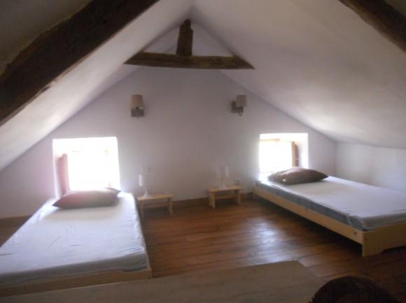 Chambre du 2ème niveau côté fenêtres gite tarn